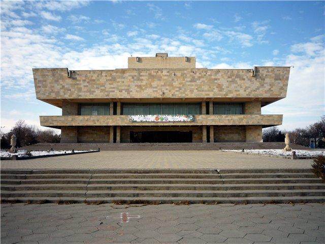 Создан в 1937 как Черкесский Областной драматический театр.  Коллектив возглавил режиссер Л.В.Александрович.